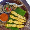 沙爹雞肉與沙爹和糖醋醬 / Chicken Satay with Spicy Peanut Sauce and Sugar and Vinegar Sauce / ไก่สะเต๊ะน้ำจิ้มและอาจาด